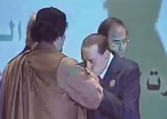 Berlusconi bacia la mano di Gheddafi