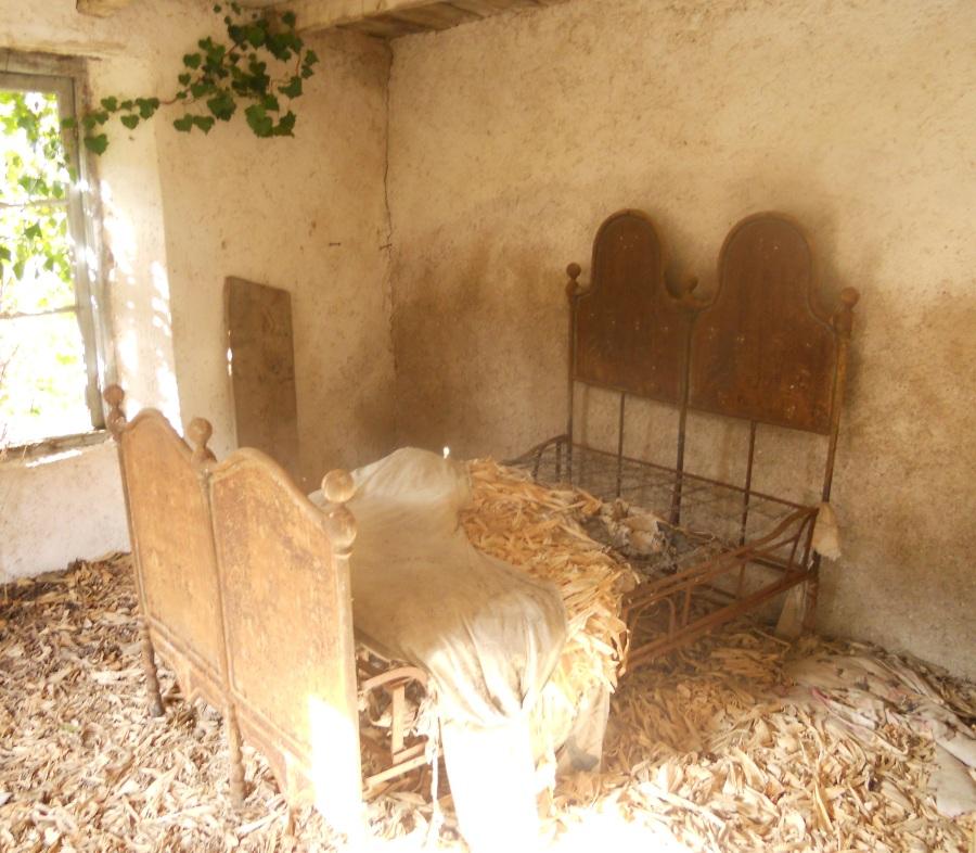 Letto con materasso originale in foglie di masi a Riola di Sotto