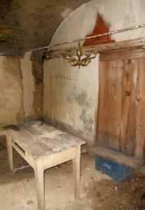 Arredamento di un locale adiacente alla chiesa di Reneuzzi