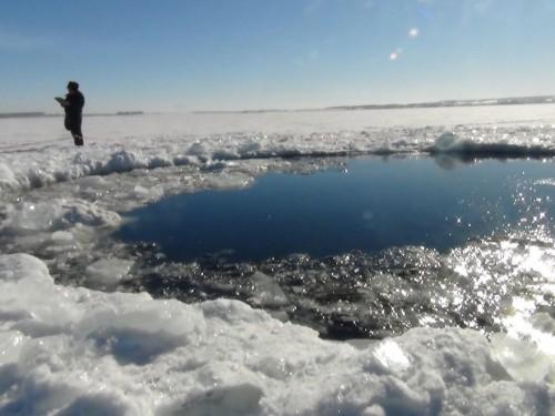 Cratere nel lago ghiacciato in Russia