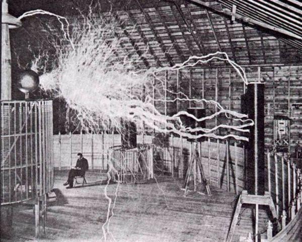Nikola Tesla nel suo laboratorio di Colorado Springs