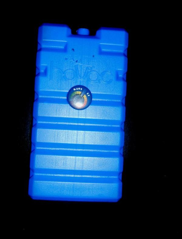 """Congelamento (Barra di ghiaccio chimico da campeggio con spilletta e incisione """"K"""" davanti e """"L"""" e """"B"""" sul retro, 17,5x9x3 cm, 2013)"""