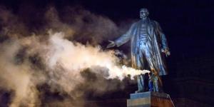 La statua di Lenin distrutta