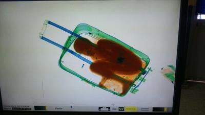 Bambino nella valigia